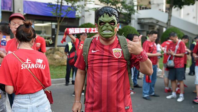 上港球迷集结广州 带浩克面具呐喊助威