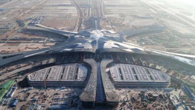 北京新机场主航站楼封顶封围