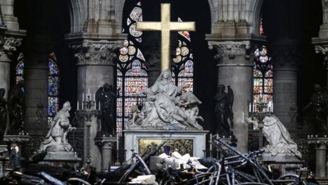 火灾后的巴黎圣母院内部