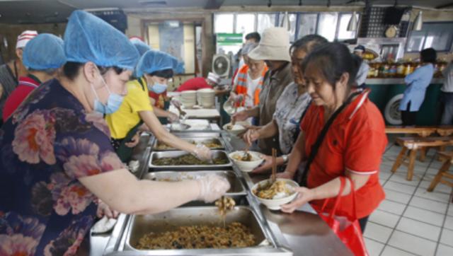 南昌一餐厅为老人、环卫工等免费提供早午餐