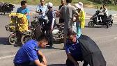 目睹车祸 南昌城管队员烈日下为伤者遮阳