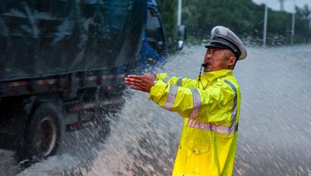 """安徽和县:暴雨中的""""航标"""""""