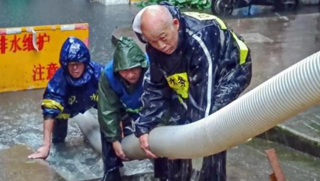 暴雨袭城 武汉水务队员全力抗渍排涝
