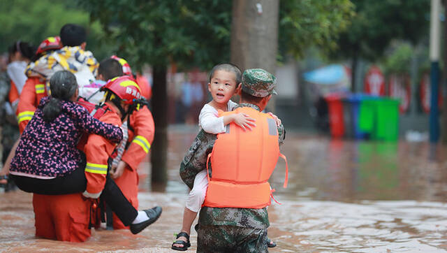 涪陵河水暴涨群众被困 危急时刻他们来了