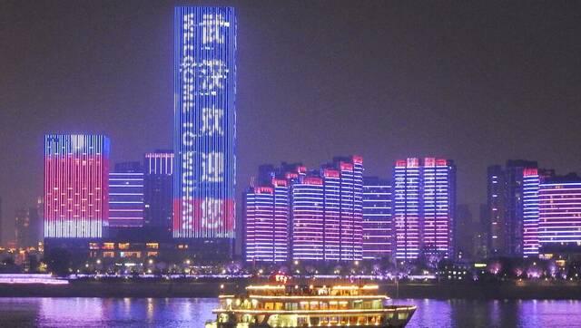 武汉军运会主题灯光秀 两江四岸流光溢彩