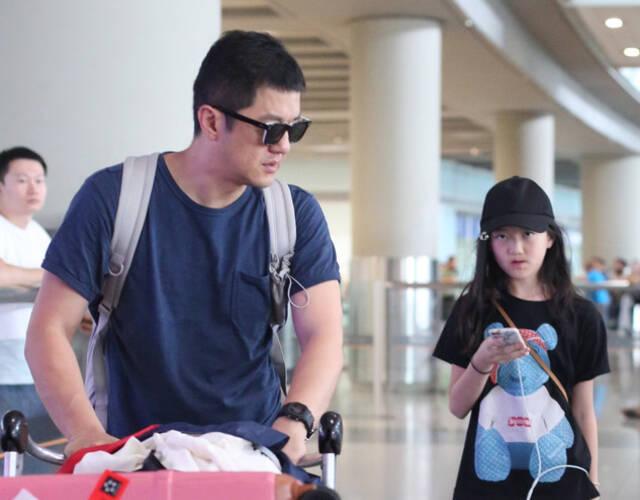 2018年7月13日,李亚鹏带李嫣现身北京首都机场。当天李嫣一身黑色休闲打扮大秀长腿,酷劲十足,气质似乎与妈妈王菲颇为相似。