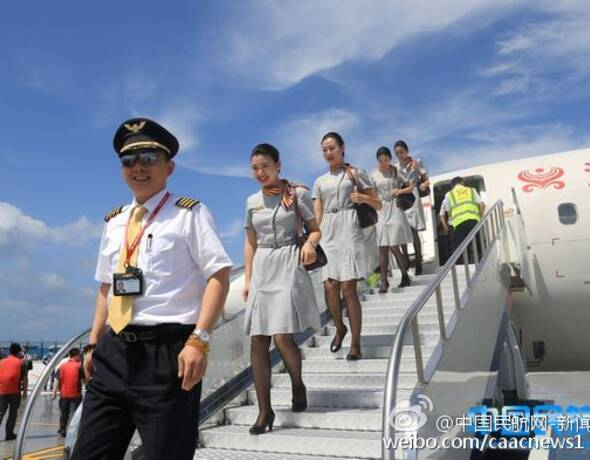 图为机组人员下飞机
