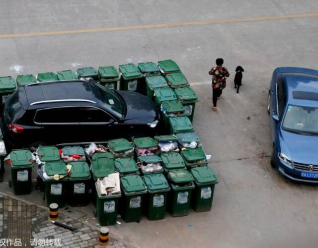 汽车被40余垃圾桶包围