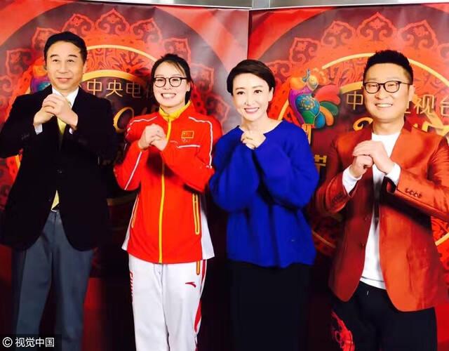 2017年1月27日,2017央視雞年春晚現場。馮鞏、傅園慧等搭檔表演相聲劇《信任》表演。