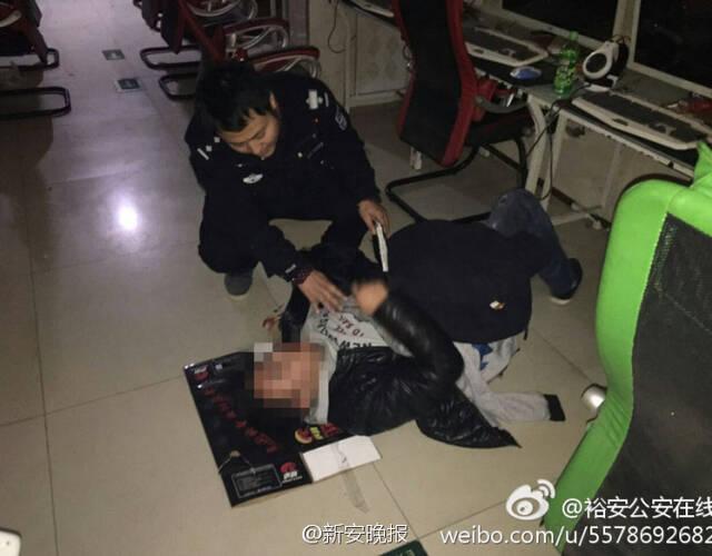 """當民警將其抬上救護車時他嘴裡仍唸叨""""快扶我起來,這局我們快贏了…""""經送醫已無大礙。"""