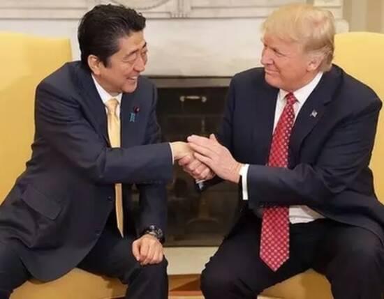 说起特朗普的握手神功,相信日本首相安倍晋三最有发言权.图片
