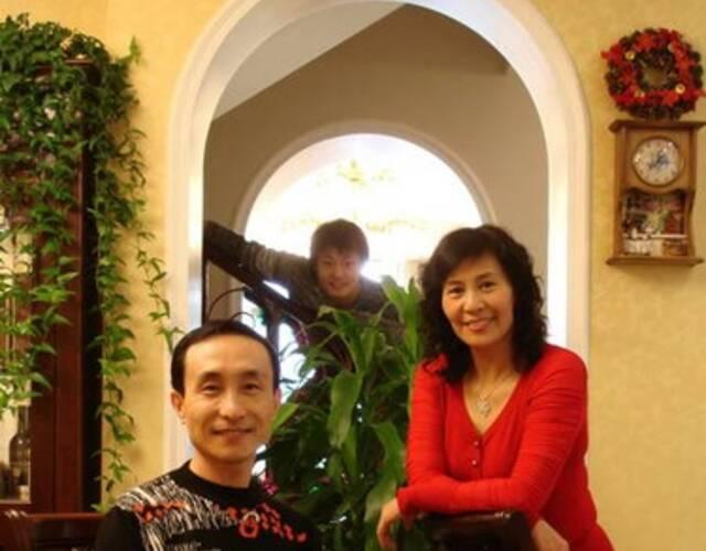 60岁巩汉林全家近照曝光 美艳儿媳妇很抢眼图片