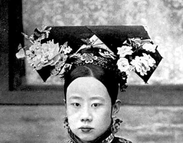 公服是自皇后至七品命妇规定的服制;礼服在民间指的是吉服或丧服。