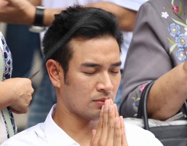 泰国当红男星剃度出家 为父母洗脚泪洒当场