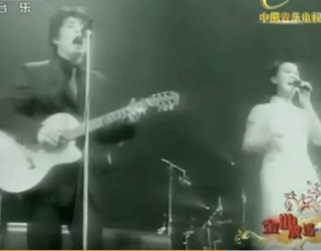 2006年与那英合唱的《相见不如怀念》至今仍是KTV的热门曲目,红遍全中国。《相见不如怀念》是Aska专门为那英而创作的,收录在1999年专辑《干脆》中。图为飞鸟凉与那英同台演唱。