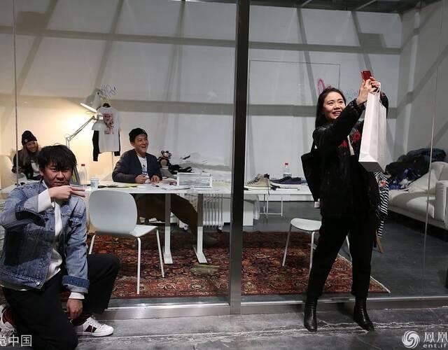 参观者与陈冠希背景合影。