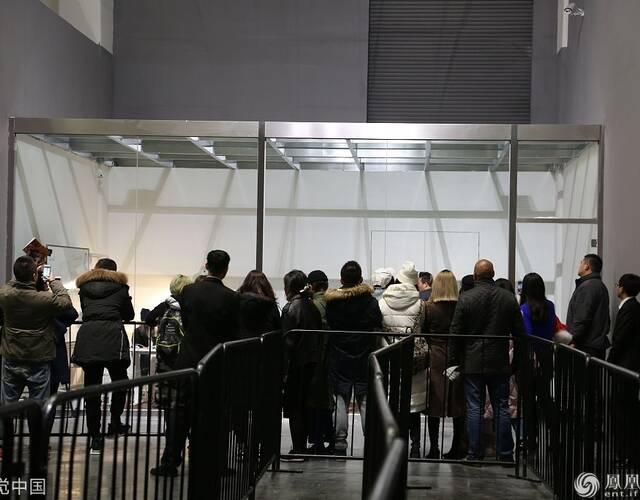 """2018年1月12日,北京,尤伦斯当代艺术中心(UCCA)与陈冠希(Etalier des Chene)和摩登天空于2018年1月12日至2月11日期间共同呈现展览""""音术"""",一同探索作为艺术的音乐。现场陈冠希被关在玻璃房内""""展览"""",他自己似乎也被当作一件艺术品与整个展览融为一体,现场他与媒体和参展人保持距离,在房间内大方任拍,简直就是一场行为艺术!"""