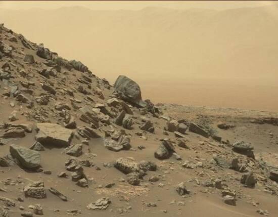 """据台湾""""中央社""""编译报道,研究人员日前表示,火星上发现深埋冰河,有助于外界了解能在火星上取得多少水和确切位置,以向未来人类探险家提供水源。"""