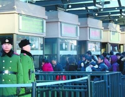"""这周末,北京的气温又降到了冰点以下,伴随着刺骨的寒风,今年春运迎来了第一次小高峰。随着春运大幕的开启,一场场感人的故事也在悄悄上演,而那些画面中的主角总是离不开在春运一线执勤的武警官兵。这群""""不回家的人""""用坚守感动着回家的人。2月2日下午3点20分,北京站候车大厅,北京到大同的K615列车正在检票进站。开车前五分钟,乘客基本都上了火车。准备返回执勤点的何善军突然看到一位老人扶着栏杆蹒跚走来,他和薛晨博急忙跑上前去询问情况。来源:北京晚报"""