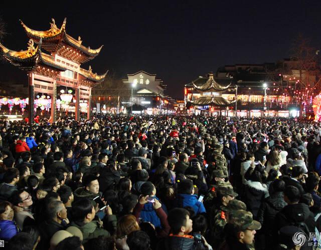 这是元宵夜的南京夫子庙