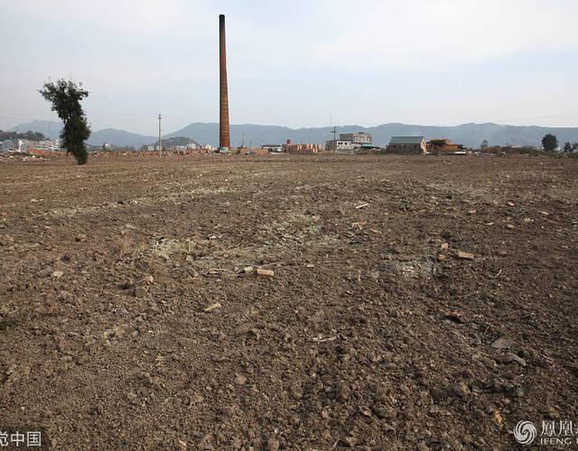 据悉,传统烧结墙材轮窑是一种高能耗、重污染、低效益的落后产业,占用大量土地资源,所产生的废气、粉尘严重污染周边环境。从今年6月开始,温岭市用5个月时间拆除淘汰28座烧结墙材轮窑。