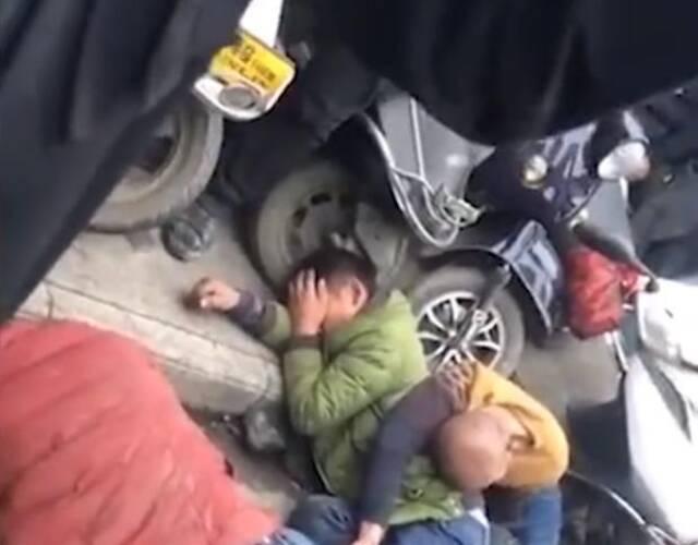 """警员接报到场后,4名男子已纹丝不动地躺在地上。经查,被围殴的4名男子是外来务工人员,事发时与带小孩的一对夫妻发生口角,继而引发肢体冲突,周边民众误以为4人要强抢小孩,于是上前""""帮拖"""",一起围殴4名男子。"""