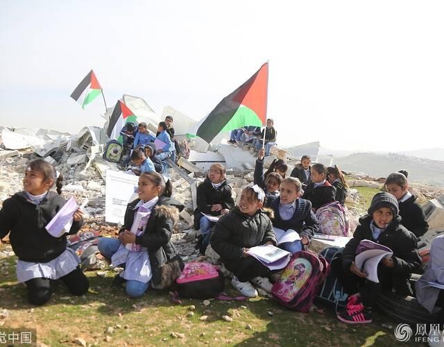 孩子们手持旗帜。