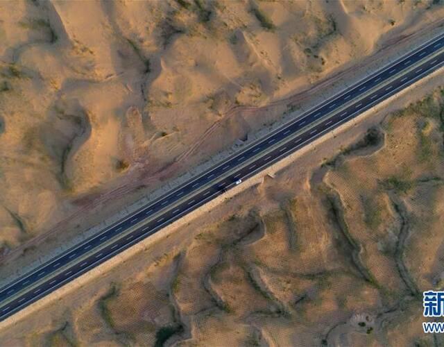 7月15日,随着京新高速公路内蒙古临河至白疙瘩段,甘肃白疙瘩至明水段