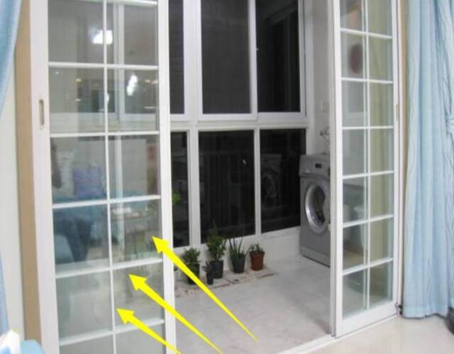 1、家庭装修的时候,许多朋友会在阳台做上一排玻璃移门,这样来将阳台与客厅的空间分割为两个不同的区域,一般做双层的铝合金玻璃移门造价在500元/平方米,一个4米宽,2.8米高的客厅,光是移门就要花费5600元。其实这种做法费用高,做了移门造成一定的空间浪费。 如果你家正在装修的话,不妨考虑一下这种做法,现在许多人这样装,省钱空间又大。
