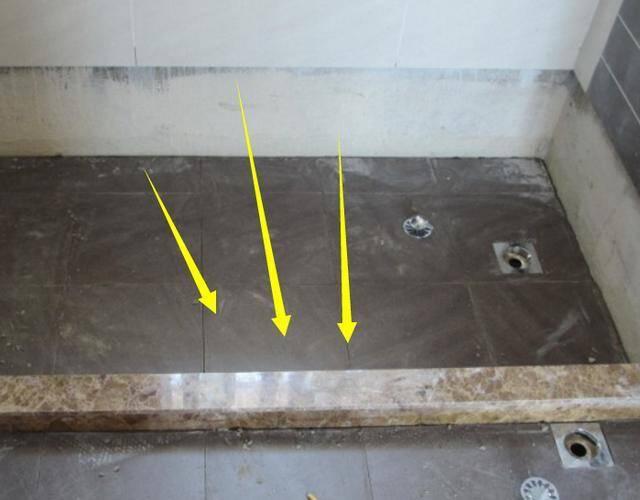 1、装修的时候,一般在卫生间会做淋浴,那么问题来了,要想保证不漏水,挡水条的安装非常重要。装修过2次才发现,卫生间挡水条这样装最合适,再也不用担心漏水。一起看看吧: