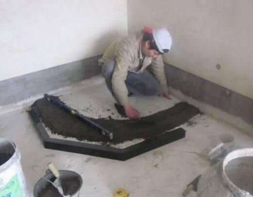 4、贴瓷砖之前装挡水条,可以保证挡水条比瓷砖预埋在更低的位置,起到很好的隔断作用。 好了,关于挡水条的安装就介绍到这里,如果你家卫生间也要安装挡水条,不妨也这样做吧。