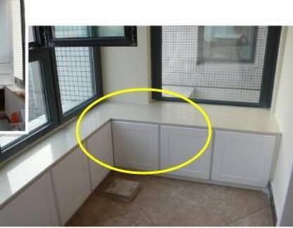 3、阳台打一排这种的地柜,下面可以收纳物品,取用很方便,并且可以坐着喝茶、看书,类似卡座的形式,成为休闲的空间。