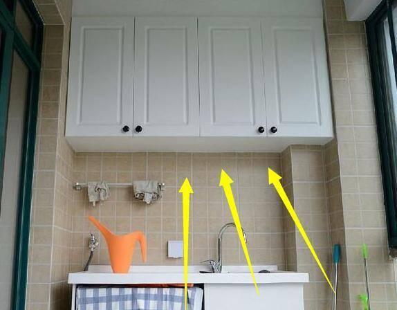 1、一般家庭装修,会考虑在阳台装上一排吊柜。其实吊柜装的太高,拿取物品非常不方便,实际上使用率很低,基本就是一个摆设。因为吊柜背靠的墙体发生漏水,导致吊柜发霉的例子非常多。