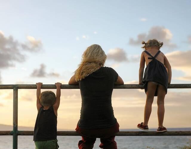 """开始的一段时间,加勒特只是带着家人,到处欣赏风景,放飞心情。他创建了名为""""The bucket list family""""的社交媒体账号,经常分享旅途照片,吸引了很多粉丝关注。"""
