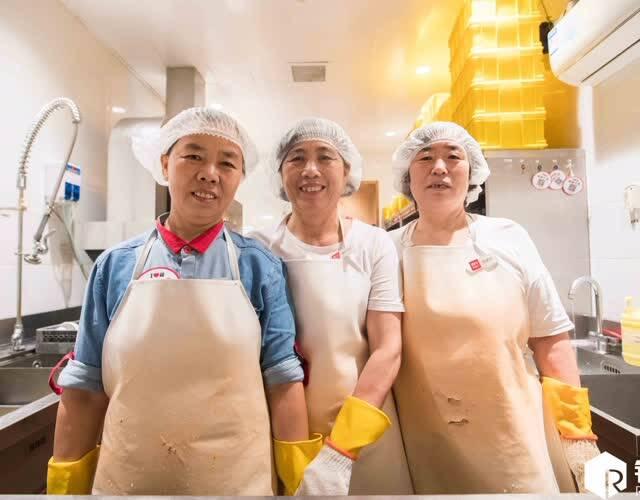 图中的三位大姐分别来自云南、山东和河南,年纪最大的一位今年刚满60,她们是杭州一家餐厅的洗碗工。云南的张大姐(左一)做洗碗工已经快十年了,靠着她每天勤快地洗碗把子女抚养大,如今都已经开始工作赚钱。(图片来源:锐图)