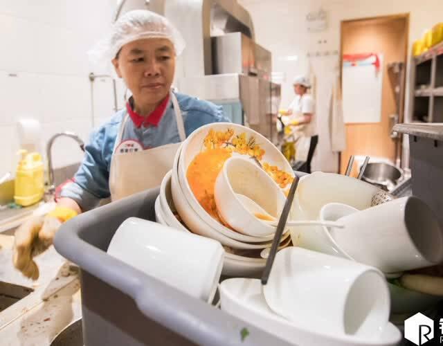这家餐饮门店生意特别好,周末时一天能有500桌次左右顾客,按照每桌20个碗和盘来计算,一天下来将有10000个碗和盘需要清洗。这些工作都被几位大姐承包了。当听到一天要洗成千上万个碗时,大姐们自己也感觉很惊讶。(图片来源:锐图)