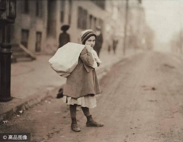 童工通常要工作十个小时以上,甚至需要在夜间上班。一些还在上学的儿童要在工作结束后赶去上学,休息的时间更是少之又少。1912年,下班后一个女孩背着一袋袜子回家,之后再去上学。她挣得的钱全部贴补家用。图片来源:高品图像