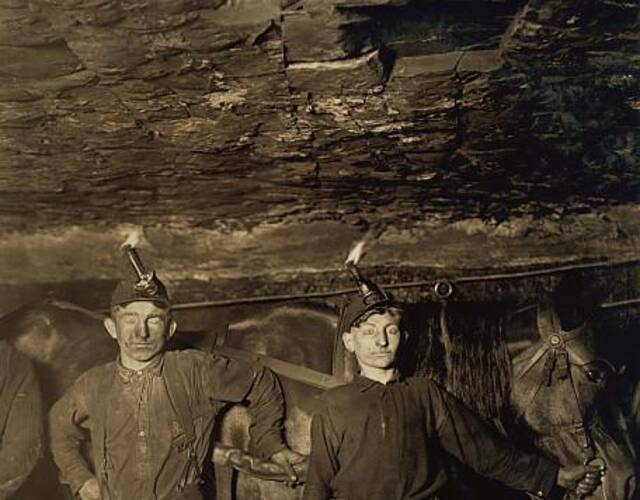 因为儿童的体型较成年人更小,所以有一些行业以童工为主,比如煤矿和造船厂,因为儿童更适合煤矿和船只内的狭小空间。但通常这些职业并没有相应的保险措施,童工伤亡事故并不少见。两名负责运输的小矿工。图片来源:高品图像