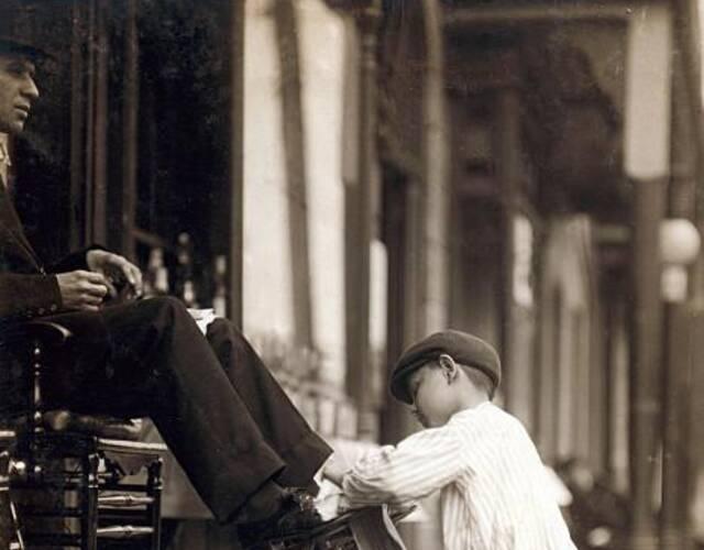 大部儿童分从事了鞋匠,矿工,磨坊工,摘棉花,卷雪茄,报童,处理生蚝等工作。其中鞋匠和报童基本都是男孩从事。图片来源:高品图像