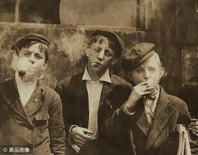 工作占用了儿童大部分的时间,他们几乎没有时间读书,工作之余的消遣也并不丰富。赌博、红灯区等成人的消遣也被纳入童工群体。在卷烟厂工作的儿童,甚至早早就学会了吸烟。图片来源:高品图像