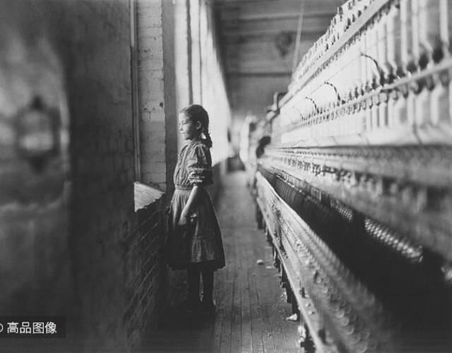 Lewis Hine 深入到各地的工厂、矿井等,用照片把童工恶劣的劳动条件记录下来,并以此支援美国童工委员会,向政府申诉童工的问题。最终,美国的许多州都修改法律,禁止未成年人工作,促使了美国的童工制度的废除。图片来源:高品图像