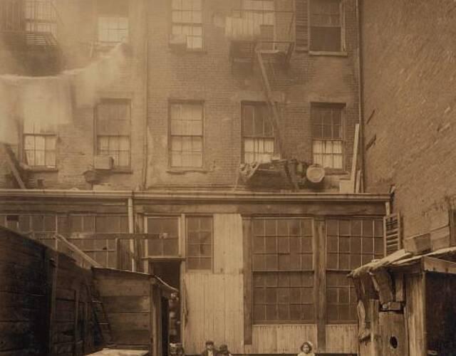 令人遗憾的是,Lewis Hine 晚年生活悲惨,1940年,他几乎在和他早年拍摄对象一样的贫困中去世。但他终其一生都履行了自己的摄影宣言,他的两千张摄影作品后被美国国家档案局储藏。图为童工的住处。图片来源:高品图像
