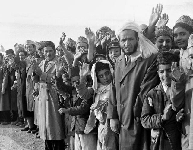 沿途挤满了欢迎人群。从这一张张笑脸中可以看得出来,阿富汗的老百姓对美国总统的到来很是欢迎。(美联社 摄)