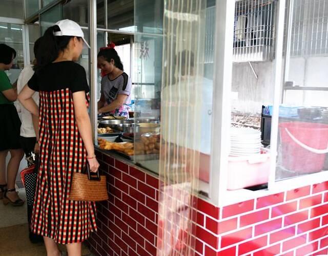 豆花粉丝在漳州很受欢迎,一间店面,一个档口,简简单单感受小城里最纯朴的味道。