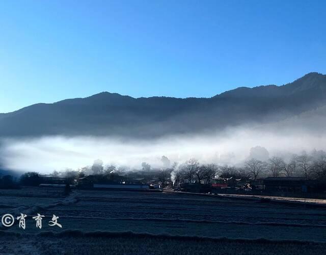 早晨的维西塔城村庄笼罩着一层薄雾,安静而又神秘,飘起的炊烟,又让这幅画面增添了一抹生气。