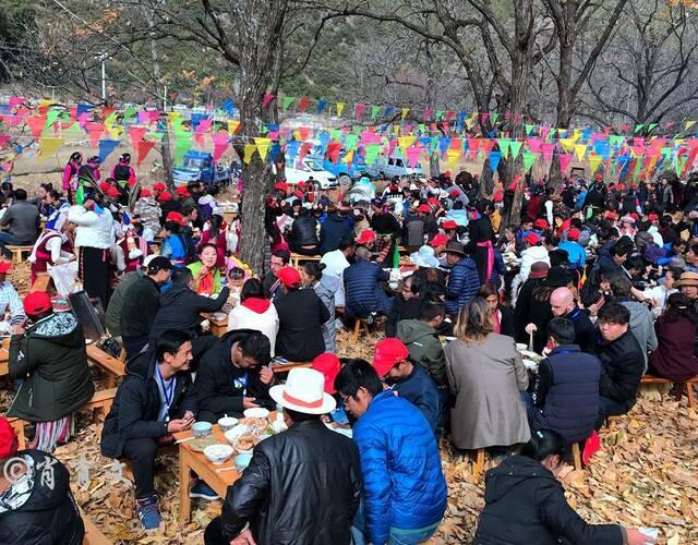 """云南杀猪饭,又称杀年猪,多在每年年底操办,这是一个""""蹭饭吃""""的季节,也是春节前最为喜气的时节。"""
