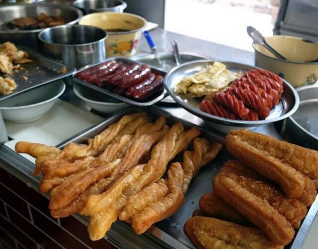 豆花粉丝还可以加入一些卤料,一般是根据个人喜好来选择,笋干、大肠、肉、豆干等是最受漳州人喜好的。