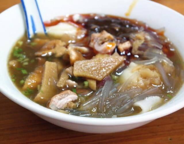 豆花粉丝,简单来说就是豆花加粉丝,是漳州地区的特色美食。