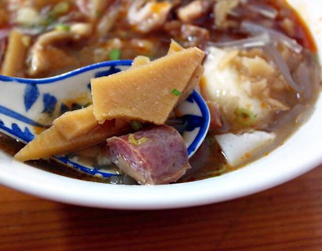 卤好的笋干之类的、豆花粉丝再浇入咸香微辣的卤汤,这才是地道的漳州好味道啊!