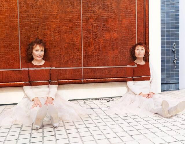 为模特制作特定的手工毛衣,从而让他们和巧妙的融入到环境当中去